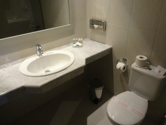 Aeolos Beach Resort : Clean and modern bathroom.