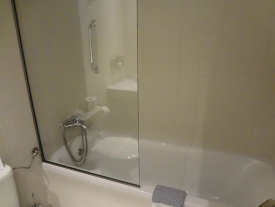 Aeolos Beach Resort : Clean and modern bathroom - impressed with the shower!