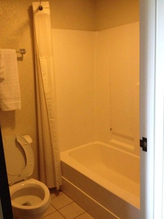 Days Inn Norton VA: Tub & bathroom.