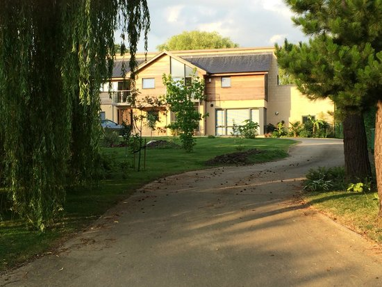 Warborough B & B: The whole front garden