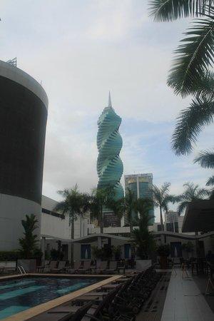 Hotel Riu Plaza Panama: Piscina do hotel e visão do El Tornilho,.