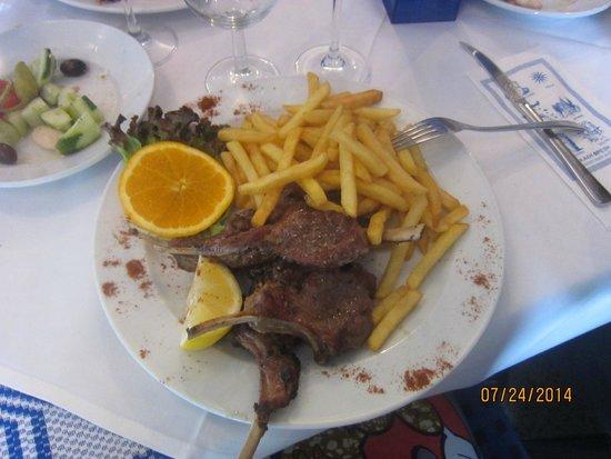Ach Niko Ach: cotelettes d'agneau grillé avec des french chips