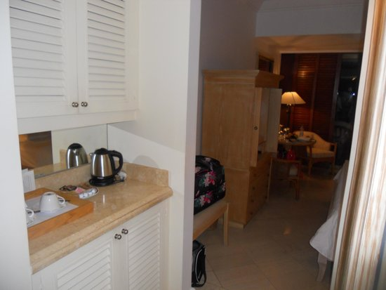 The Annabelle : kettle and mini bar area