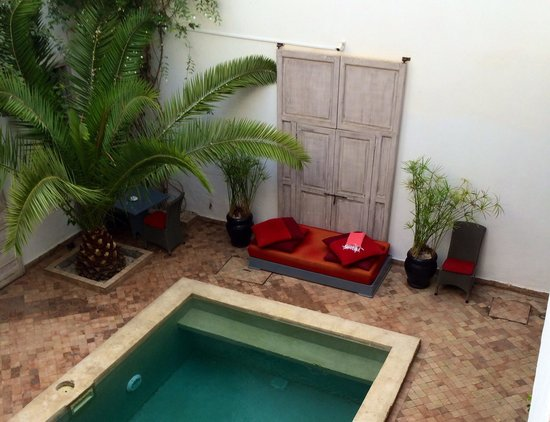 Riad Anyssates : The pool and courtyard