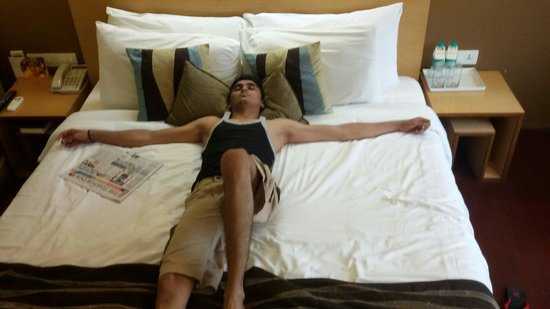 Fortune Select Dasve, Lavasa: Fully relaxed bad in interconnected room..