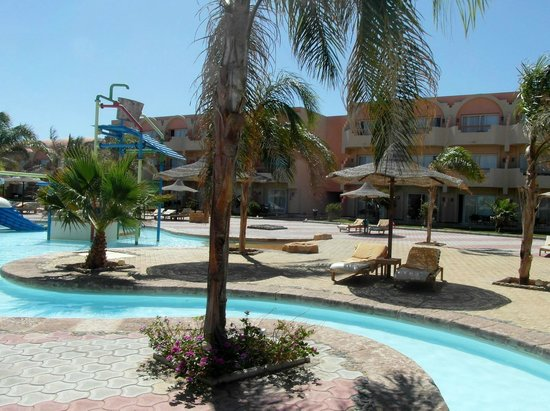 The Three Corners Sea Beach Resort : Piscine avec toboggans - couloirs aquatiques