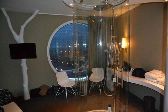 la chambre et son hublot picture of fletcher hotel amsterdam amsterdam tripadvisor. Black Bedroom Furniture Sets. Home Design Ideas