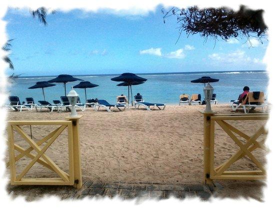 Le Nautile: Sortie hotel vers la plage