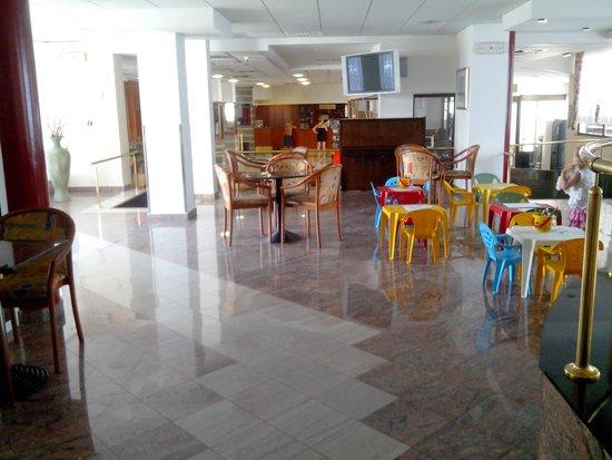 Corinthia Baska Hotel: lobby démodé