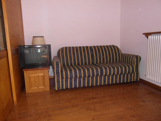 Grand Hotel Misurina: divano affianco al televisore