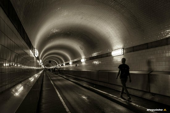 Alter Elbtunnel: Crossing the tunnel