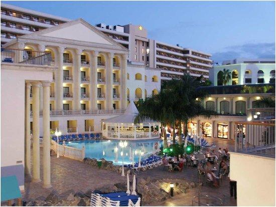 Bahia Princess Hotel: vista dalla piscina verso la hall