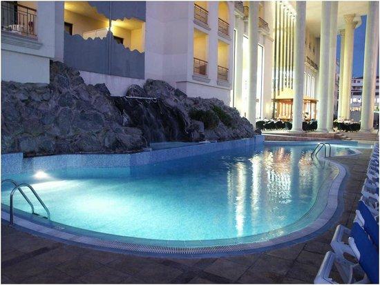 Bahia Princess Hotel : piccola piscina fuori la hall