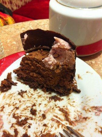 Mamuschka: Lo que quedo del relleno del moño de chocolate, porción abundante para dos personas. Muy rico