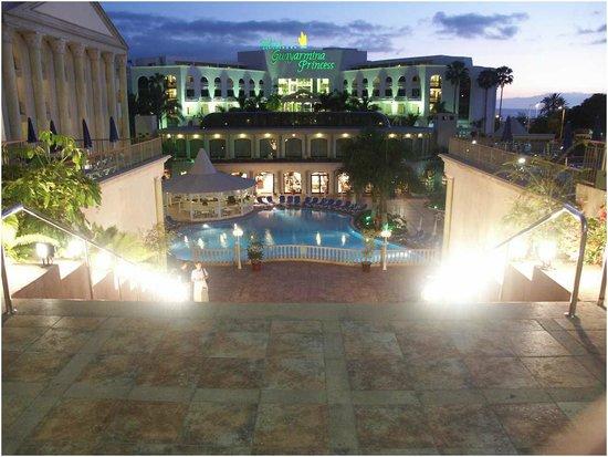 Bahia Princess Hotel : scalinata che porta alla piscina e ristorante