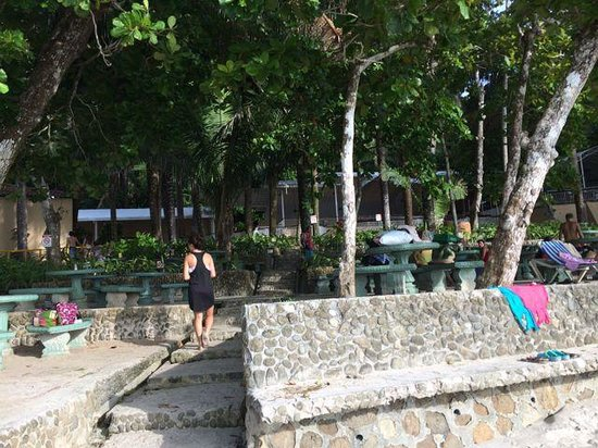 Hotel & Club Punta Leona: Nice shaded area with tables at the beach