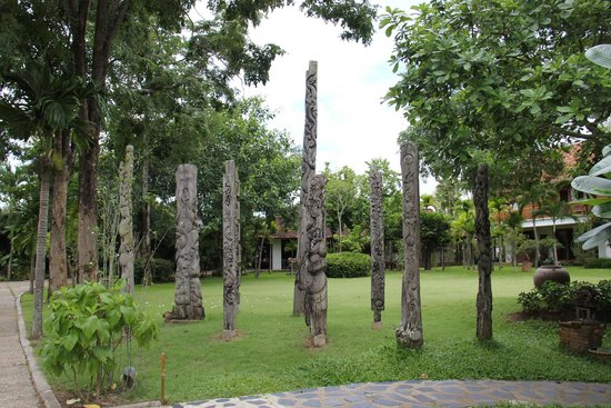 Taladya Homestay: carvings as you enter the garden