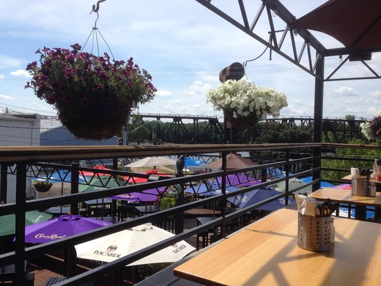 Muddy Waters Bar and Grill: Great decks