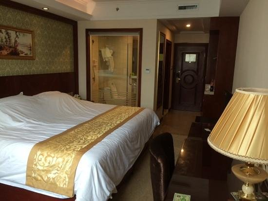 Vienna Hotel Guilin Train Station : номер Deluxe king bed