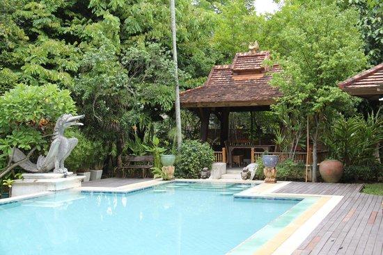 Taladya Homestay: beside the pool