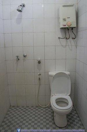 Bromo Permai I : Bathroom