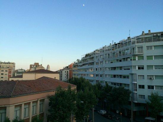 Amrey Sant Pau: Zimmerausblick links in Richtung Meer und auf den Torre Agbar