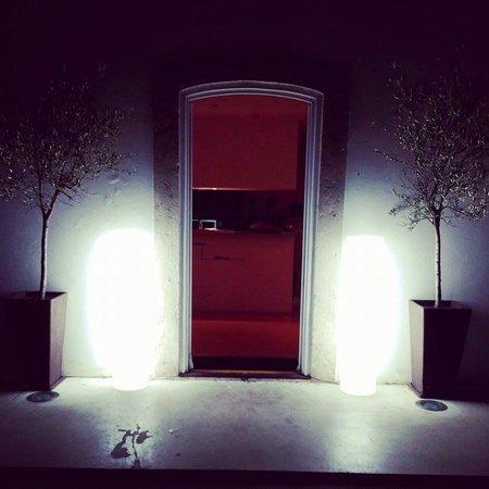 Entrada do Mensa à noite