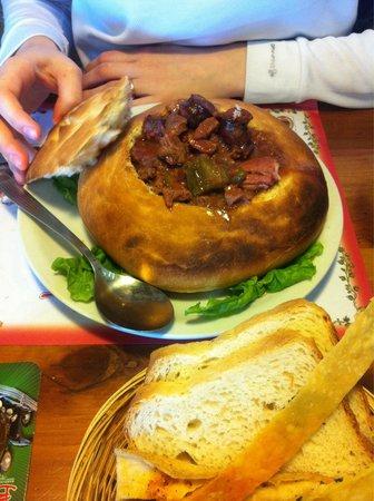 Cerveceria Blest: Plato o calabaza de pan rellena con carne, panceta, chorizo, muy rica