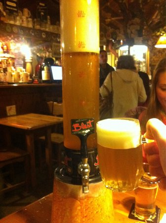 Cerveceria Blest: Torre de 2,5lts de cerveza (la torre es de lts, pero la parte superior es sólo espuma), el preci