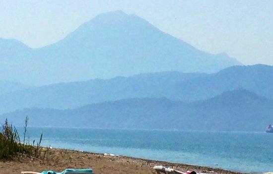 Lykia Botanika Beach & Fun Club: Вид на горы с пляжа