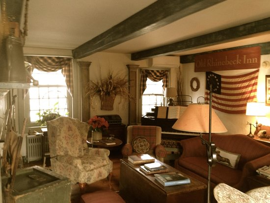 Olde Rhinebeck Inn: Living room (common area)