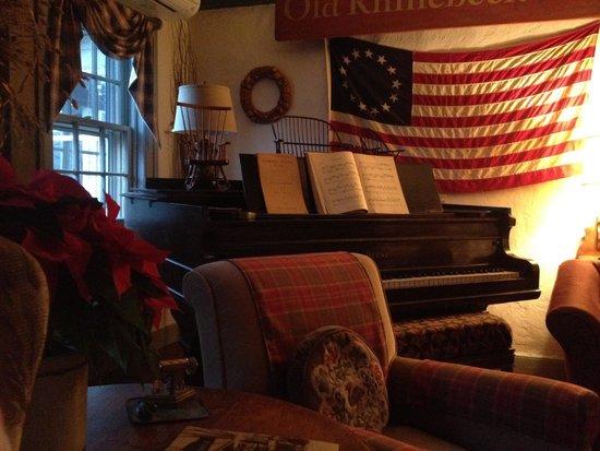 Olde Rhinebeck Inn: Piano in Living room