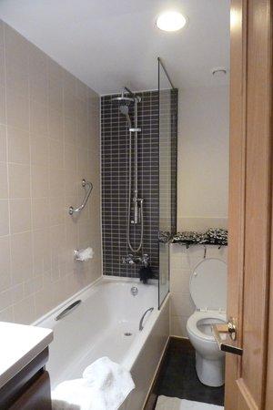 The Sanctuary House Hotel : modern bathroom