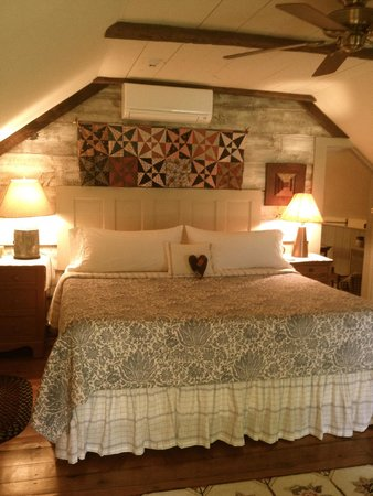 Olde Rhinebeck Inn : plow and harrow king bed