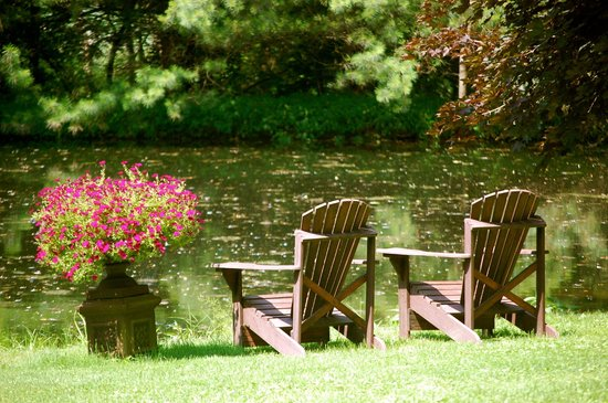 Olde Rhinebeck Inn: Quiet And Private Seats By The Pond Further From The Garden  Seating