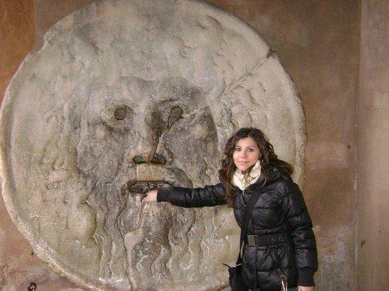 Bocca della Verita : la mia mano nella Bocca della Verità - Roma