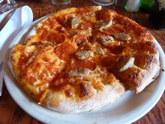 Odeon Restaurant: pizza salchichas