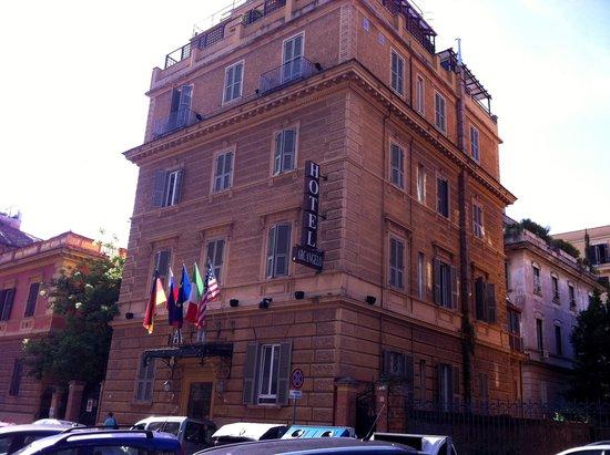 Hotel Arcangelo: l hotel vu de la rue d acces