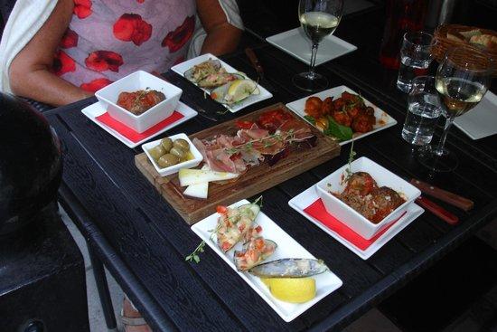 Aqui Tapas Bar: tafel buiten onder tent