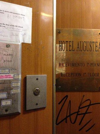 Repubblica Hotel: lift buttons