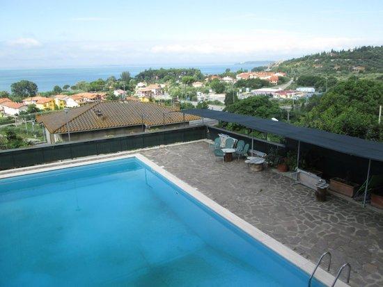 Hotel Cavalieri: Vista dalla camera, con la piscina e il lago Trasimeno