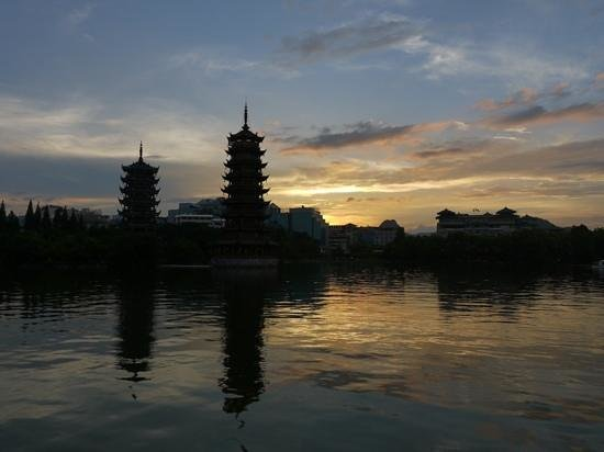 Guilin Two Rivers and Four Lakes Resort : Пагоды на фоне заката