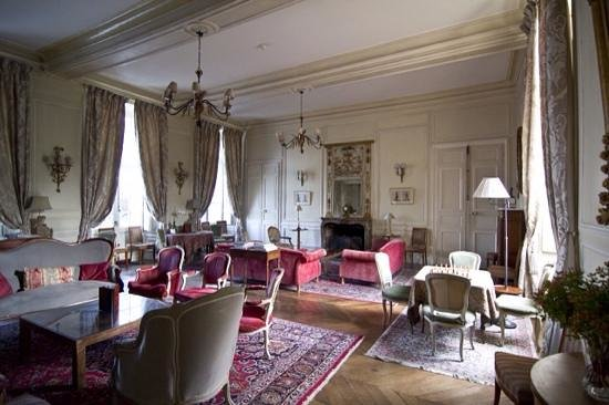 Chateau D'Etoges: We spent great time at lounge.