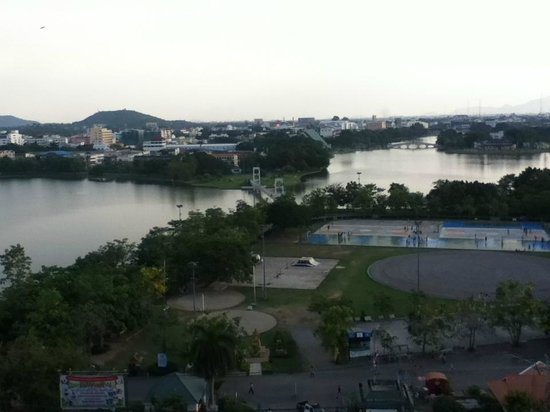 Nakhon Sawan, Tayland: view from the hospital next to the park