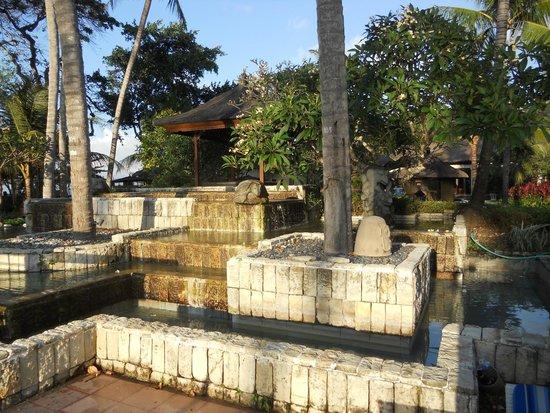 Prama Sanur Beach Bali : fontana decorativa della piscina piccola