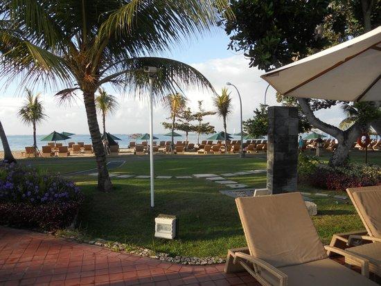 Prama Sanur Beach Bali: vista della spiaggia dalla piscina grande!