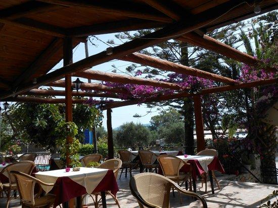 Rainbow Apartments: De taverna bij het hotel waar je heerlijk kan eten!