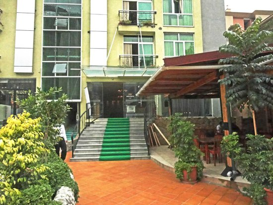 Monarch Hotel : Outdoor cafe and hotel entrance--- pool area is on the other side of the carpet -- across from c