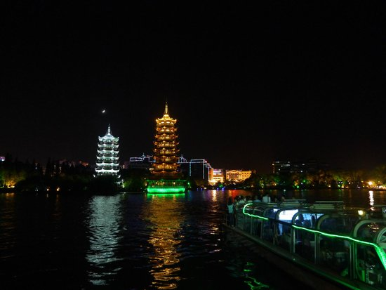 Guilin Two Rivers and Four Lakes Resort: Ночная подсветка и прогулочный кораблик