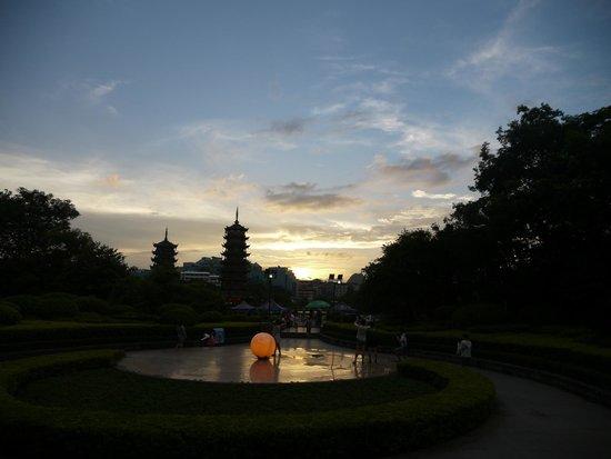 Guilin Two Rivers and Four Lakes Resort: Вид на пагоды со стороны дороги